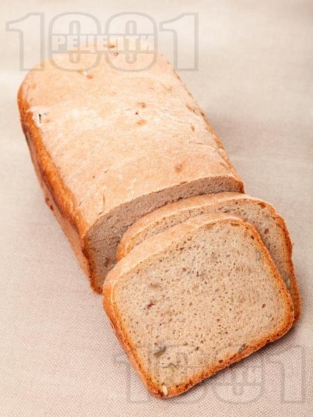 Лесен хляб за хлебопекарна с пълнозърнесто и типово брашно, тиквени семки и ленено семе - снимка на рецептата